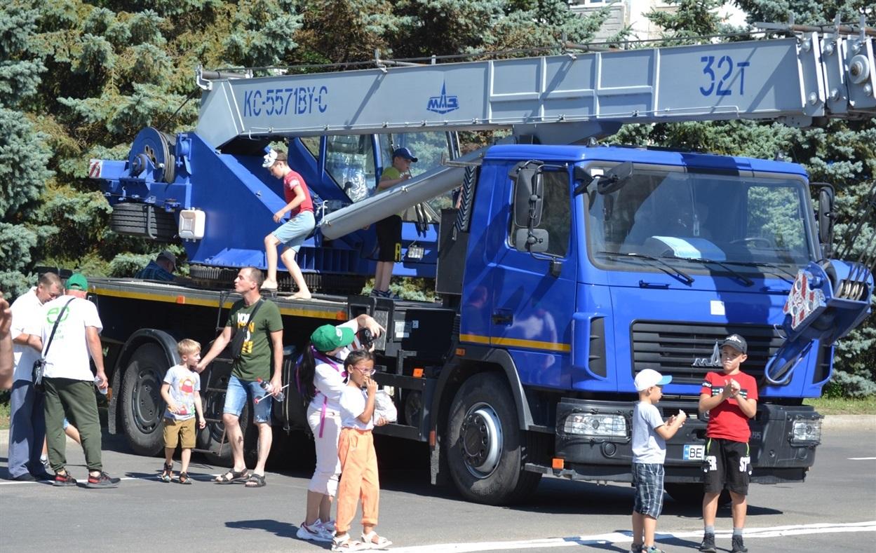 Большие машины привлекали внимание детей и взрослых.