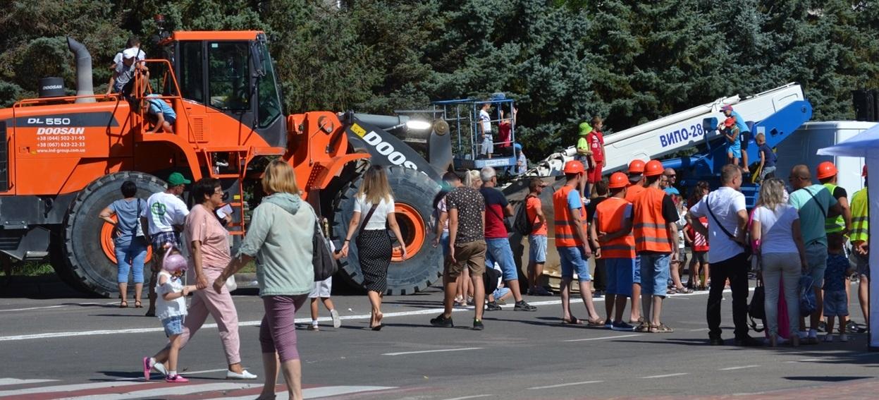 """Проспект напротив ДК """"Энергетик"""" был перекрыт.  Зато там стояла тяжелая строительная техника."""