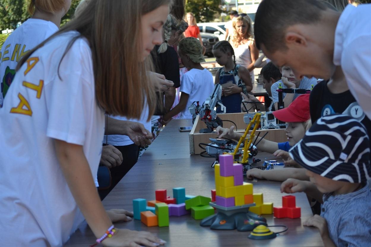 Детям на площади было чем заняться, например, познакомиться с работами.