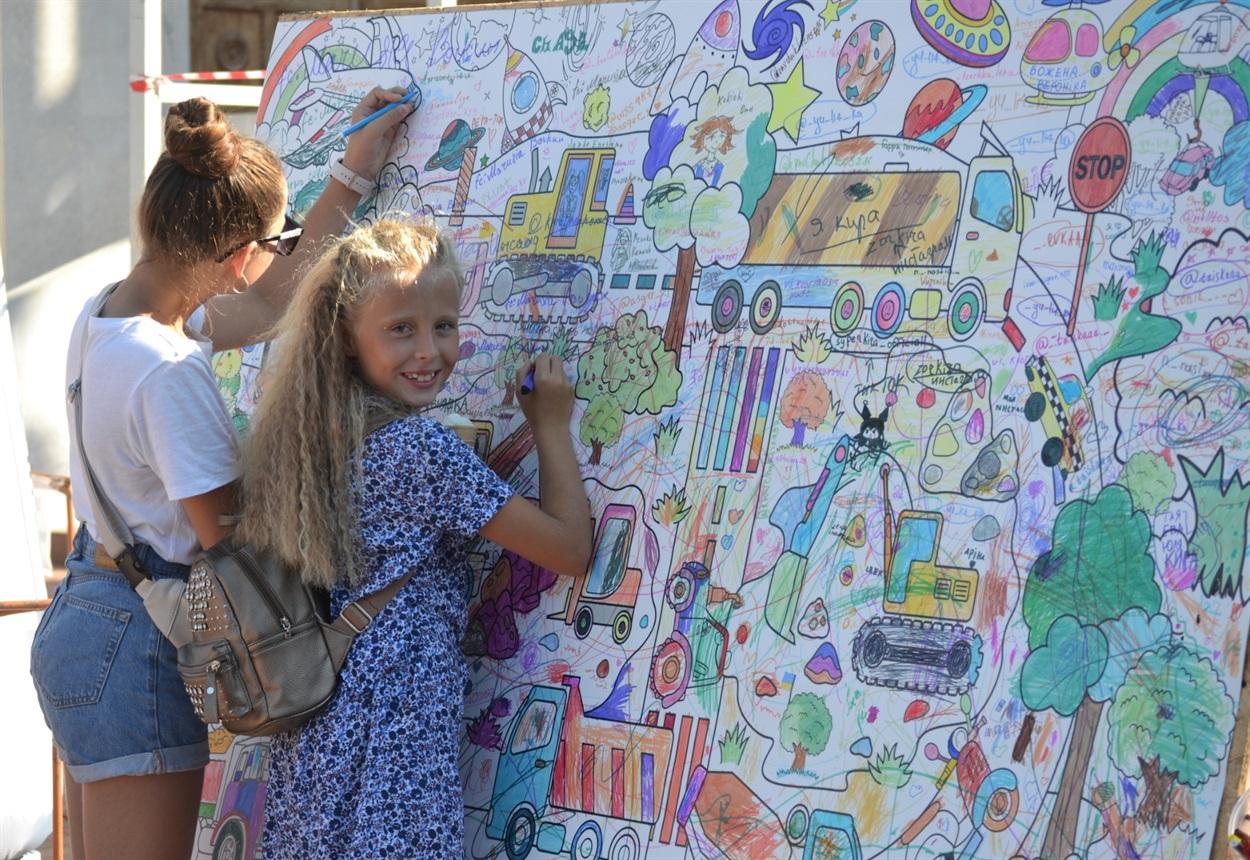 Девочки оставили частичку своей фантазии на огромном стенде.