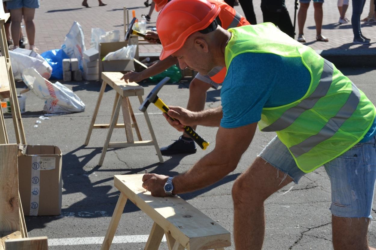 Мужчины тоже не бездельничали: они соревновались в конкурсе на строительную тематику.