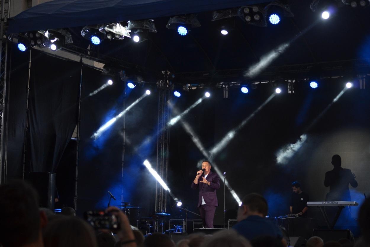 Вечером настроение горожанам и гостям города поднимали известные украинские артисты - Роман Скорпион, Ivan NAVI и Дзидзьо.  Вел концерт Дядя Жора.