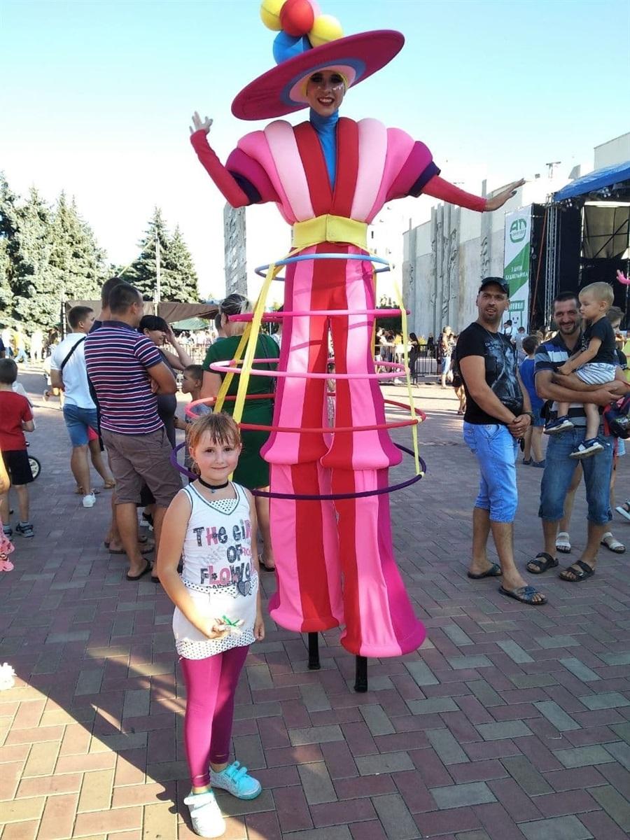 Гигантские куклы на ходулях - это редкое зрелище для маленьких горожан.  Даже взрослые удивлялись.